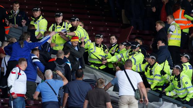 Aficionados alemanes se enfrentan a la policía inglesa en el estadio del Burnely
