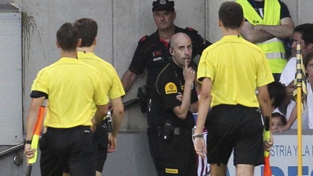 El trío arbitral se marcha del duelo entre Athletic y Alavés en la Euskal Herriko Kopa