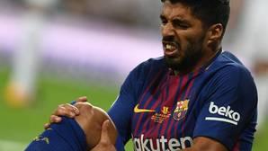 Luis Suárez se duele de su rodilla derecha tras recibir un golpe en el último clásico