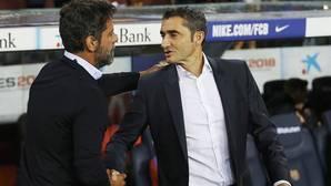 Ernesto Valverde y Quique Sánchez Flores se saludan antes del comienzo dle partido