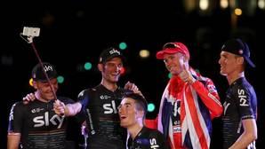 Froome, con sus compañeros del Sky, tras coronarse en la Vuelta