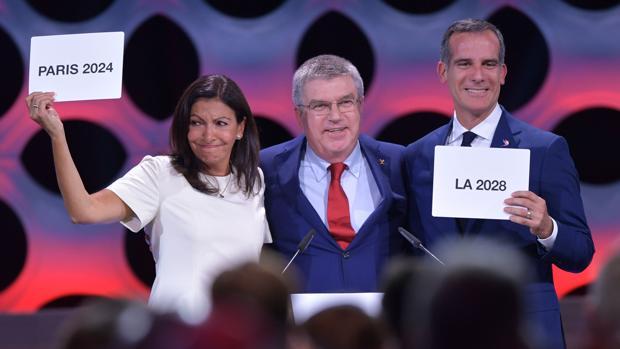 La alcaldesa de París, Anne Hildago, y el alcalde de Los Ángeles, Eric Garcetti, junto a Thomas Bach