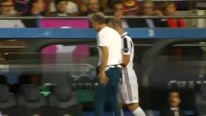 Feo gesto de Higuaín a la grada del Camp Nou