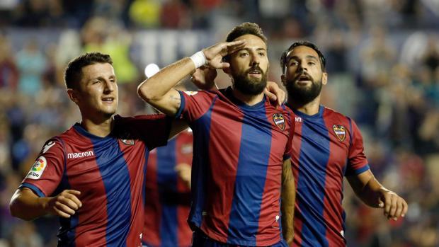 El centrocampista del Levante José Luis Morales (c) celebra su gol, segundo del equipo ante la Real Sociedad