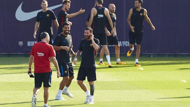 Valverde bromea con Messi y Suárez dutrante un entrenamiento
