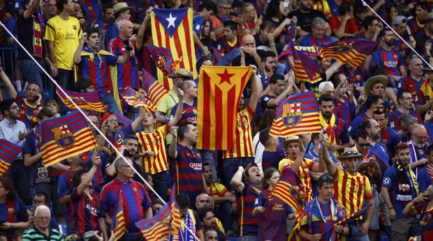 Seguidores del Barcelona con banderas esteladas en la última final de Copa