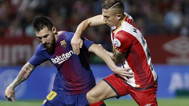 Maffeo trata de robar el balón a Leo Messi