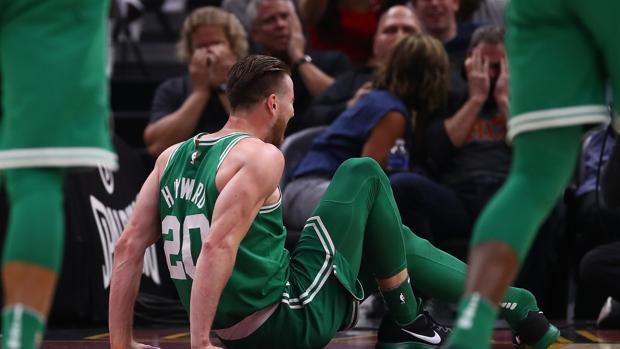 El alero de los Celtics se ha fracturado el tobillo tras una mala entrada a canasta