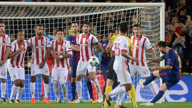 Leo Messi lanza la falta que convertiría en gol ante Olympiacos