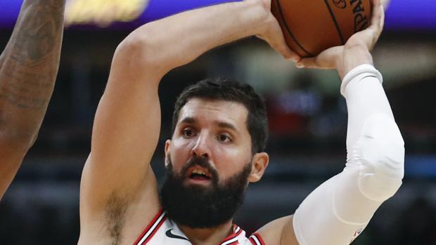 Nikola Mirotic (d) de Chicago Bulls disputa el balón con DeMar DeRozan (i) de los Raptors