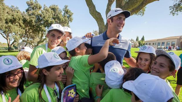 Jon Rahm recibió encantado a jóvenes aficionados que le idolatran