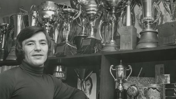 Ángel Nieto, con sus trofeos