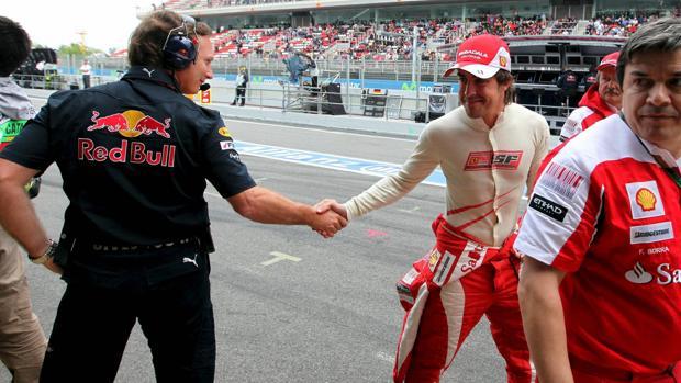 Christian Horner saluda a Fernando Alonso en el GP de España de 2010
