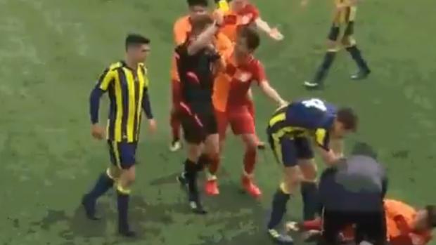 El jugador del Fenerbahce se disculpa ante el rival del Galatasaray