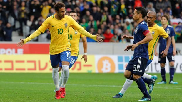 Neymar celebra el primer gol de Brasil ante Japón