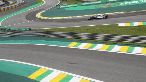 Lewis Hamilton, durante la segunda sesión de entrenamientos en Interlagos