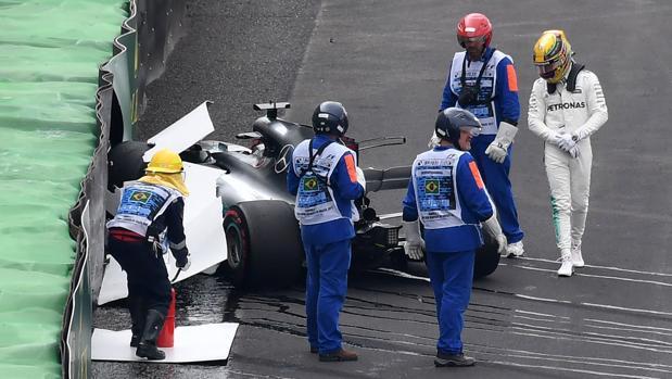 Lewis Hamilton abandona el lugar del accidente tras estrellarse en Interlagos