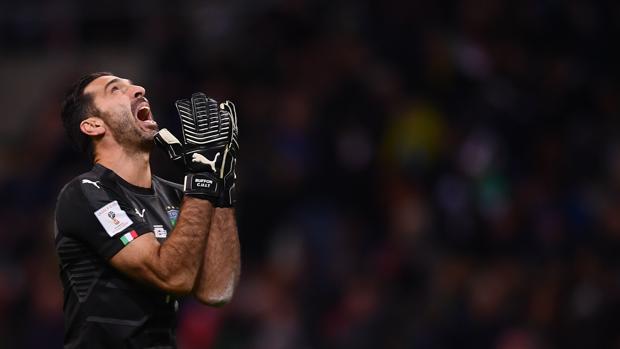 Buffon se lamenta en el partido entre Italia y Suecia