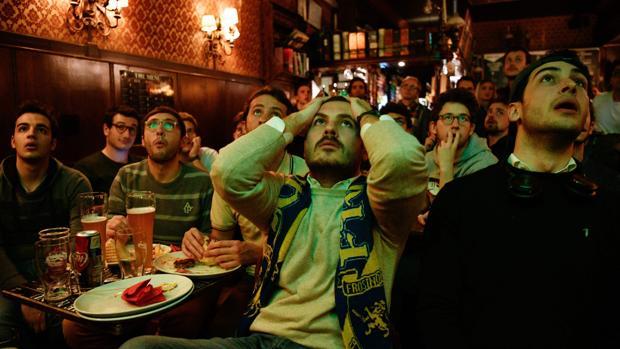 Aficionados se lamentan en un bar de Italia de la eliminación de su selección del Mundial de Rusia 2018