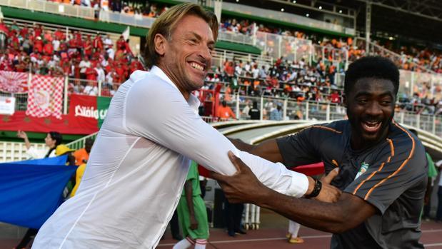 Hervé Renard saludo a Kolo Toure, técnico de Costa de Marfil, en el último partido de Marruecos