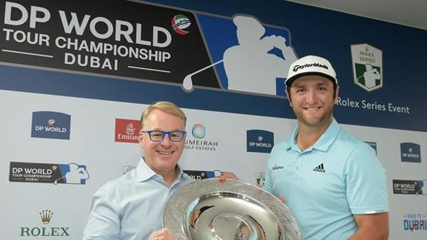 Keith Pelley, director del Circuito Europeo, entrega el trofeo a Jon Rahm