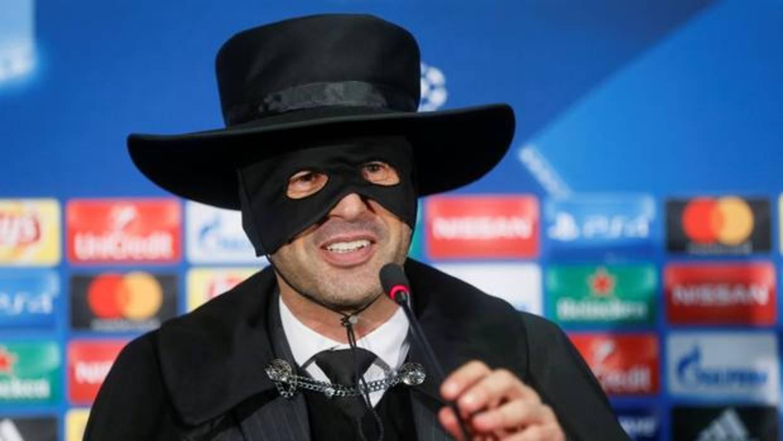 El técnico del Shakhtar salió disfrazado de El Zorro a la rueda de prensa