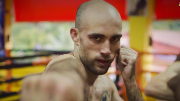 El luchador gaditano Carlos Coello trata de coronarse como campeón mundial de muay thai