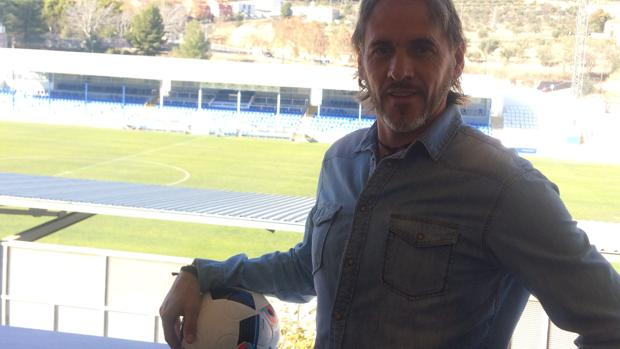 Luis Miguel Garrido, con El Collao al fondo, el estadio donde ganó la Liga de Segunda B con el Alcoyano