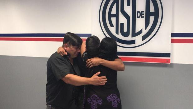 Elías Pereyra se funde en un abrazo con sus padres tras la firma del contrato