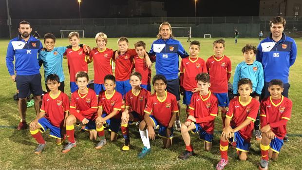 Míchel Salgado, con dos de sus entrenadores y uno de los equipos de la Academia