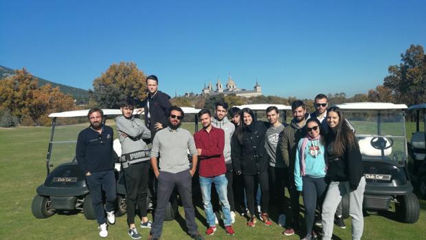 Los estudiantes de Periodismo, en el campo de La Herrería con el monasterio de El Escorial de fondo
