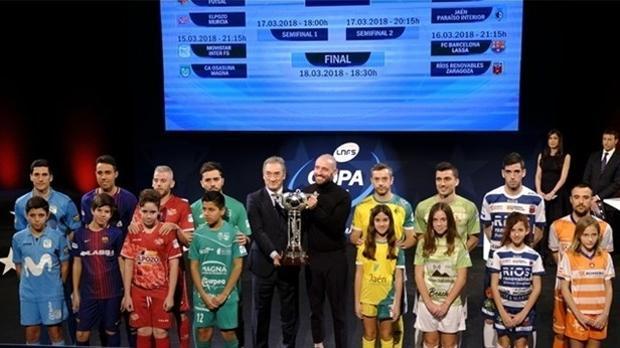 Representantes de los ocho participantes y el trofeo