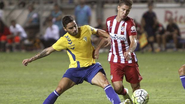 Vietto disputa un balón en el Trofeo Carranza.