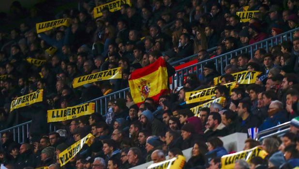 La bandera española, en las gradas del Camp Nou