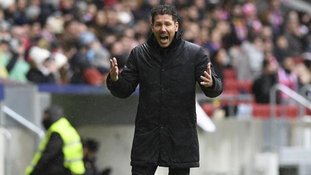 Simeone protesta una decisión arbitral en un partido del Atlético en el Metropolitano