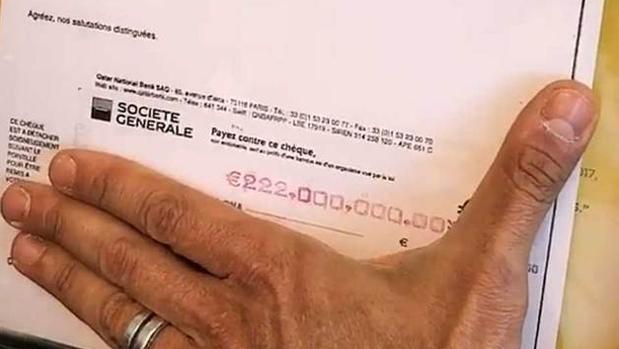 Marcos Motta enseña el famoso cheque de 222 millones