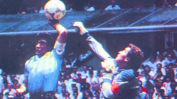 Diego Armando Maradona mete el primer tanto a Inglaterra en 1986