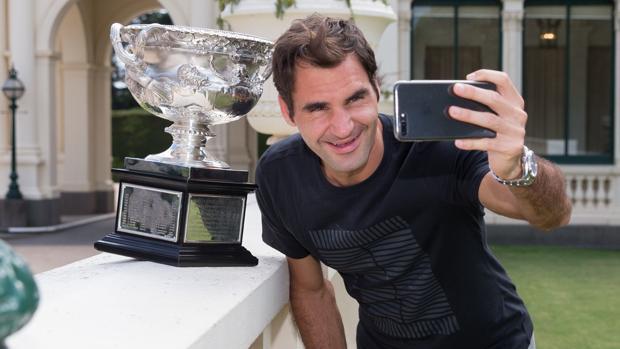 Federer, con el trofeo del Open de Australia