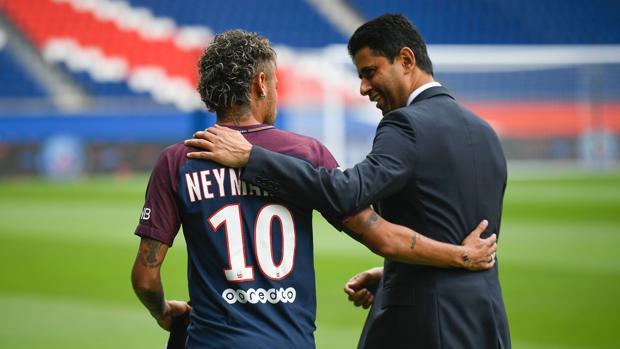 Neymar y Al Khelaifi durante la presentación del brasileño