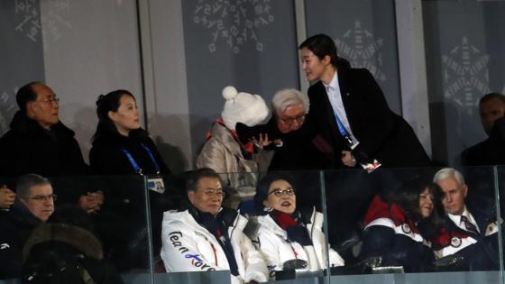La hermana de Kim Yong Un, Kim Yo Jong, con miembros del Gobierno de Corea del Sur