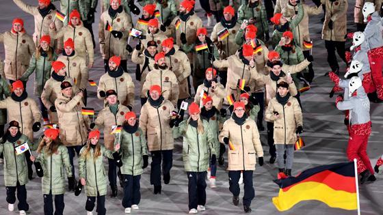 La delegación alemana desfila por el estadio