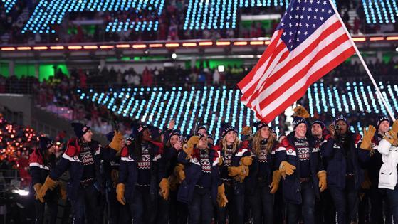 La delegación estadounidense, la más numerosa, porta la bandera del país