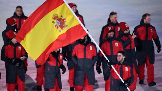 Lucas Eguibar porta la bandera de España en el desfile