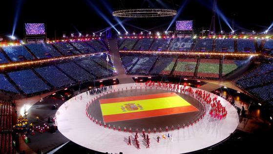 La bandera española luce en medio del estadio
