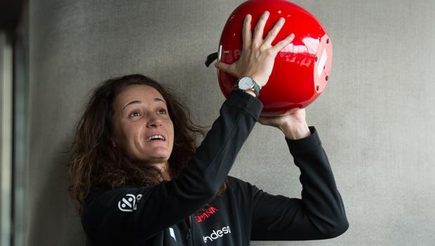Laia Palau imita el lanzamiento a canasta con una manzana gigante