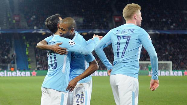 Los jugadores del City celebran el segundo gol de Gundogan