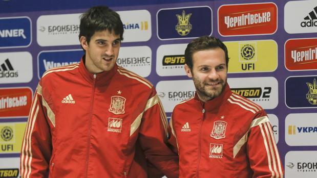 Mikel San José y Juan Mata durante una rueda de prensa en 2015