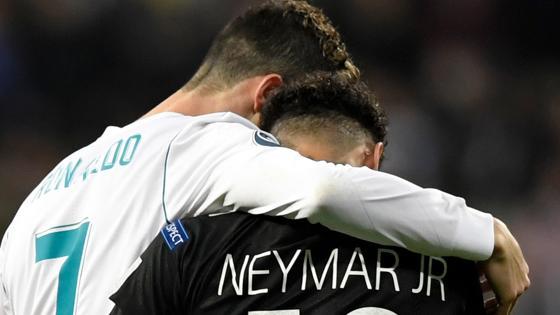 Cristiano Ronaldo y Neymar se abranza antes del descanso