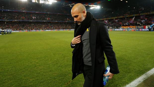Guardiola, con su lazo amarillo en Basilea