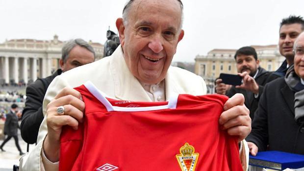 El Papa Francisco, con la camiseta del Real Murcia